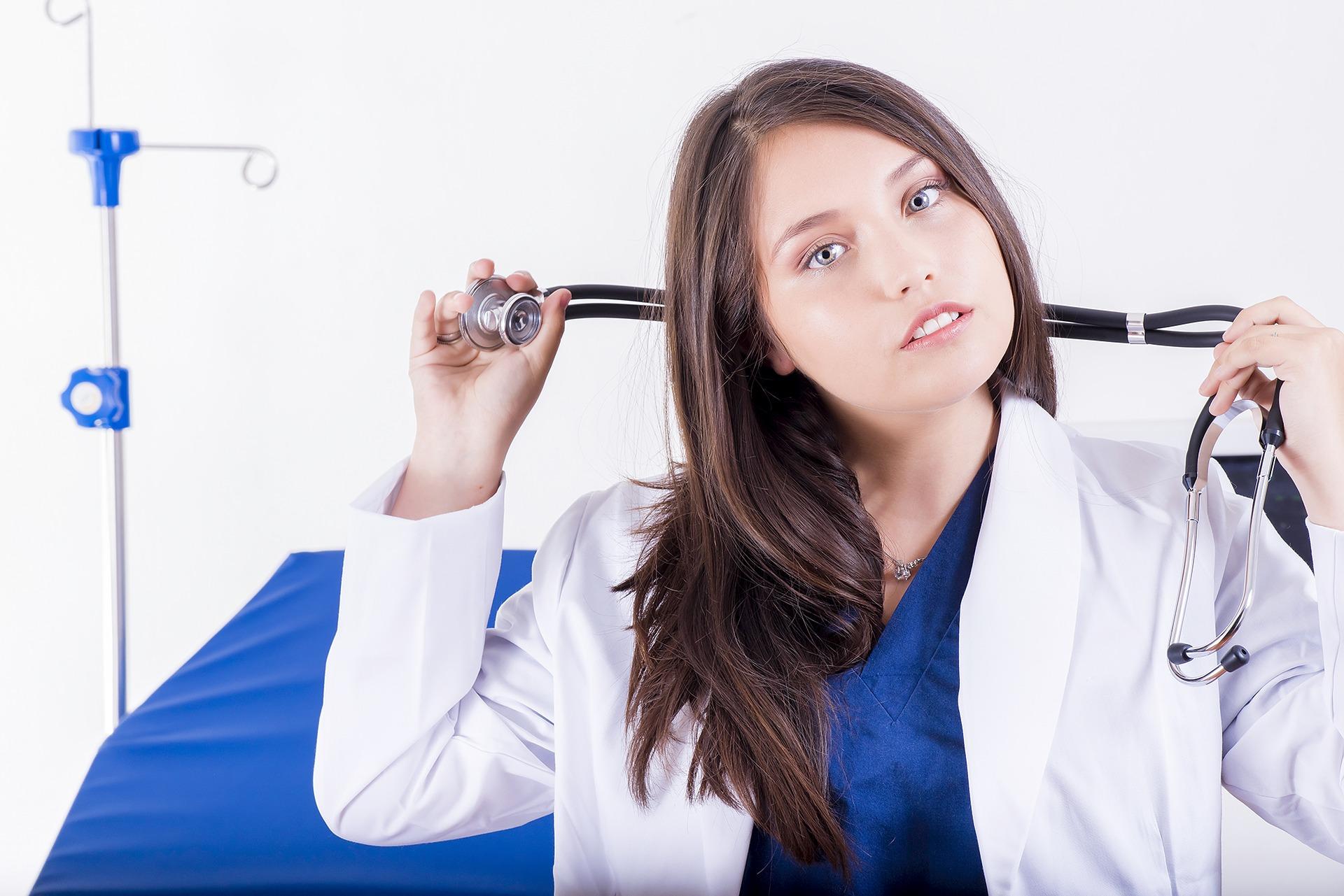 Dermatolog ze Świecia trzyma w ręku stetoskop
